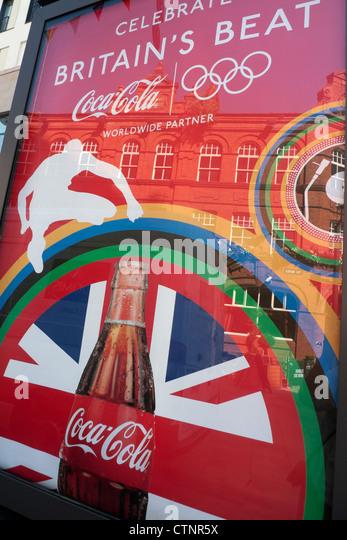 Ein Plakat für Coca Cola corporate Sponsor der Olympischen Spiele in London 2012 in Cardiff City Centre Wales Stockbild