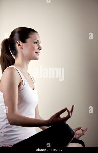 Eine junge Frau, meditieren, öffnen Augen Stockbild