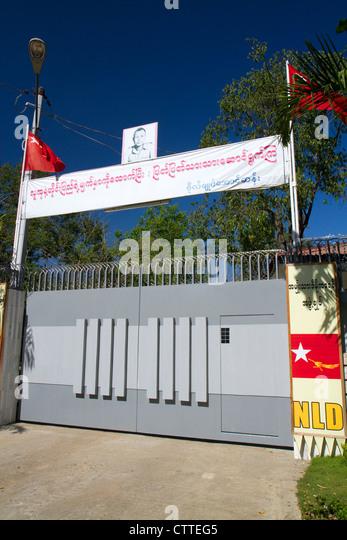 Eingangstor zur Residenz von burmesischen Oppositionspolitiker Aung San Suu Kyi in Yangon (Rangoon), Myanmar (Burma). Stockbild