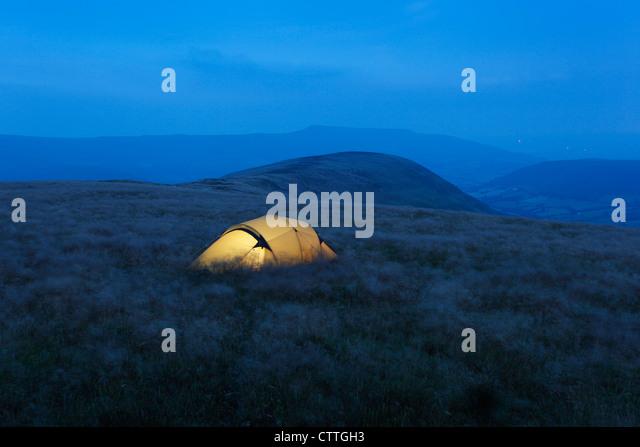 Wild campen am Mynydd Troed in der Nacht mit der schwarzen Berge in der Ferne. Brecon Beacons National Park. Powys. Stockbild