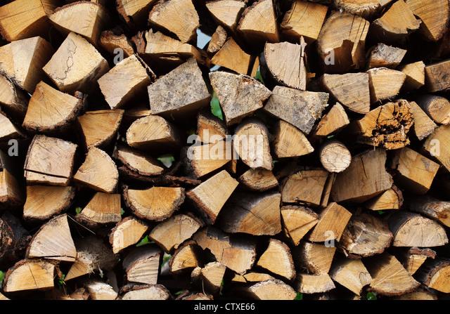 Gestapelte gehackte Holz für den Winter oder Bau Stockbild