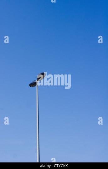 eine Straßenlaterne mit blauem Himmel Hintergrund Stockbild