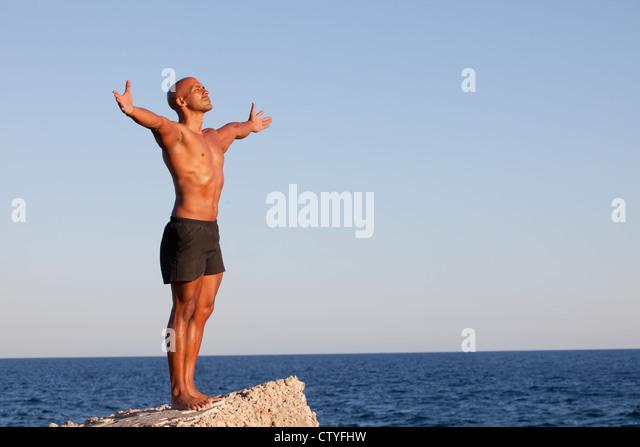 Sommer-Mann mit ausgestreckten im Urlaub Stockbild
