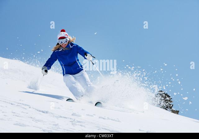 Ausrollen auf verschneiten Hang Skifahrer Stockbild