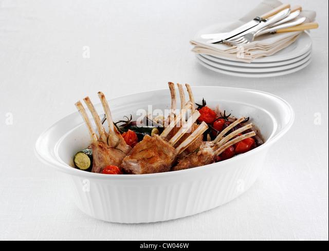 Schüssel mit Rack mit Lamm und Gemüse Stockbild