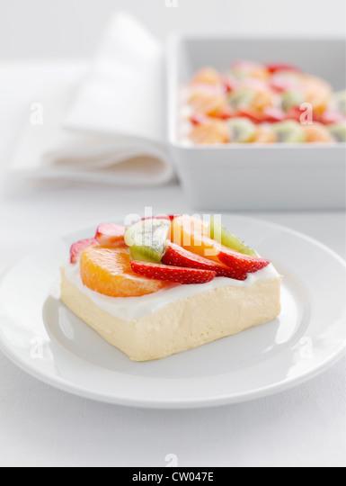 Teller mit Obstsalat und Joghurt Stockbild