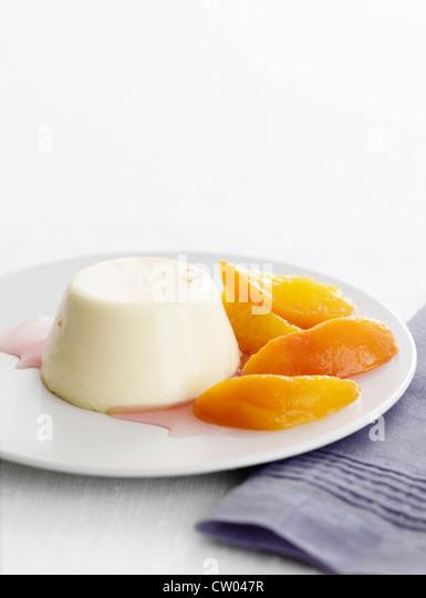 Teller mit Pannacotta mit Früchten Stockbild