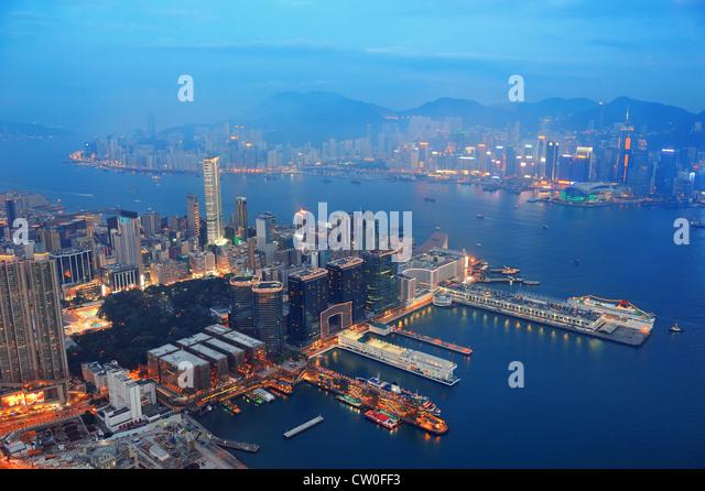 Victoria Harbour Luftbild mit Hong Kong Skyline und urbanen Wolkenkratzer in der Nacht. Stockbild