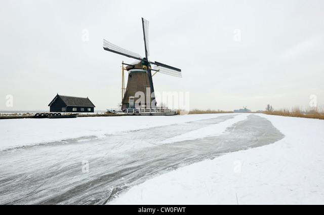 Windmühle in Schneelandschaft Stockbild