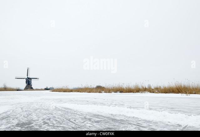Windmühle von ländlichen See eingefroren Stockbild