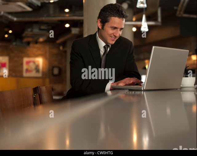 Geschäftsmann, arbeiten am Laptop im café - Stock-Bilder
