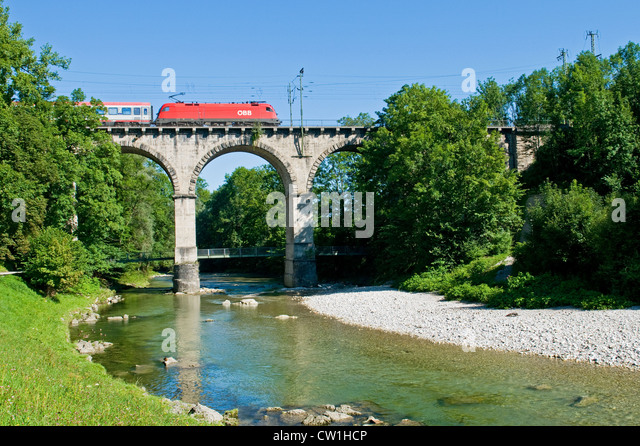 Rot ÖBB Zug auf die so genannte Viadukt ein Traunstein in Bayern Stockbild