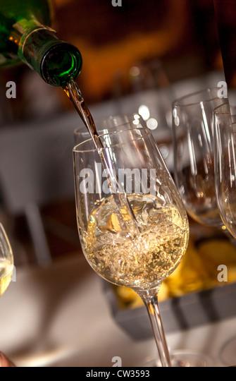 Sherry in einem Glas, Gonzalez Byass Weingut, Jerez De La Frontera, Andalusien, Spanien, Europa gegossen. Stockbild