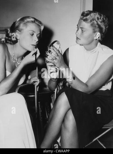 """Grace Kelly und ihre Schwester, Lizanne am Set von """"Um CATCH A THIEF"""". ca. 1955. Höflichkeit: CSU Stockbild"""