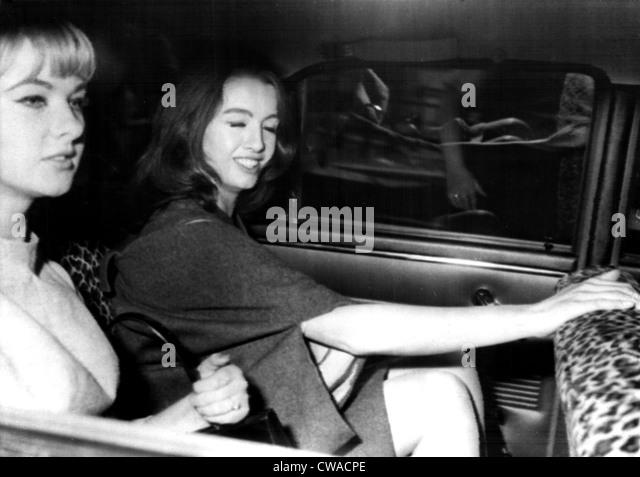 Mandy Rice Davies und Christine Keeler verlassen Old Bailey nach dem ersten Tag ihres Prozesses in der Profumo-Affäre, Stockbild