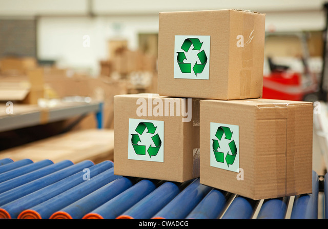 Kartons mit recycling Symbole auf Förderband Stockbild