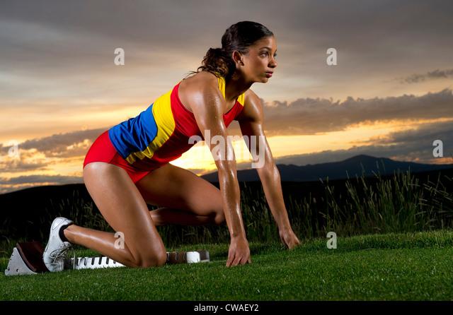 Sportlerin in Startlöchern Stockbild