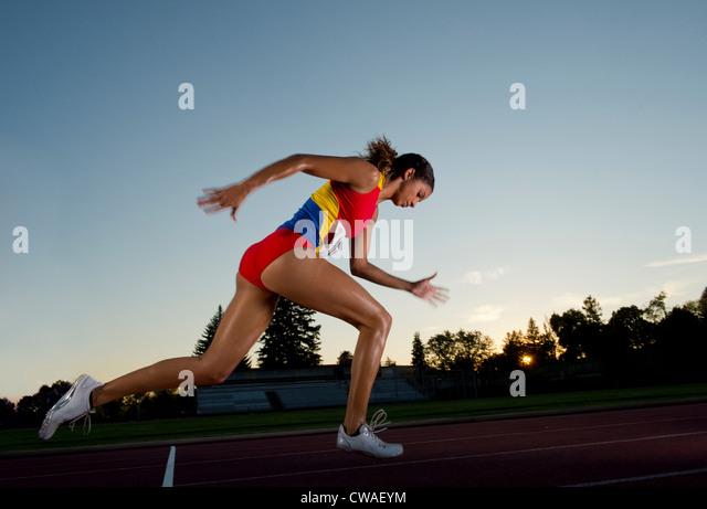 Weibliche Athleten laufen Stockbild