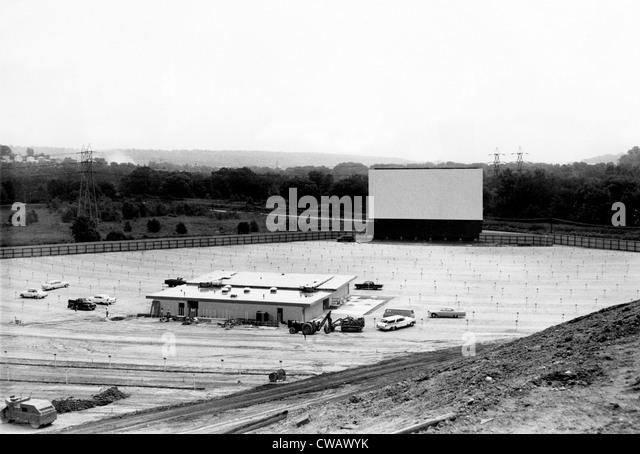 Drive-in-Kino im Bau in Cleveland, Ohio, 1957. Höflichkeit: CSU Archive / Everett Collection Stockbild