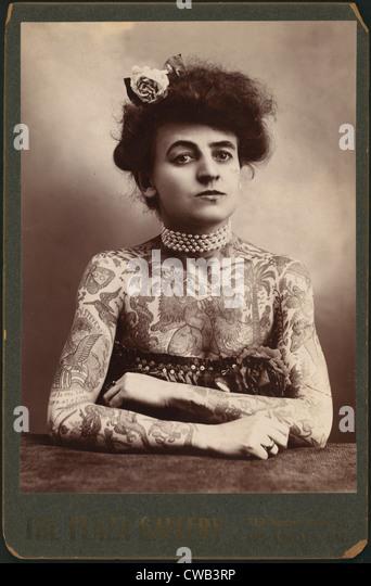 Porträt einer Frau, die Bilder auf ihrem Körper, die Plaza Gallery, Los Angeles, Kalifornien, tätowiert Stockbild