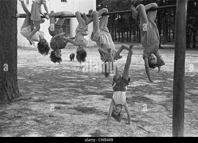 Kinder auf einem Spielplatz spielen, Irwinville Schule, Georgia, Foto von John Vachon, Mai 1938. Stockbild