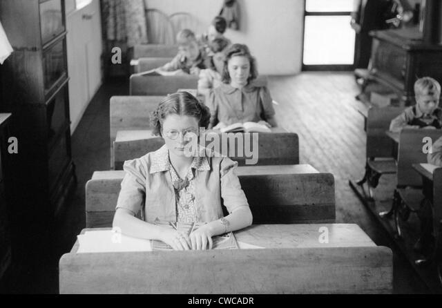 Schüler aller Altersstufen sitzen an ihrem Schreibtisch in einer ländlichen Wisconsin Schule. Sept. 1939. Stockbild