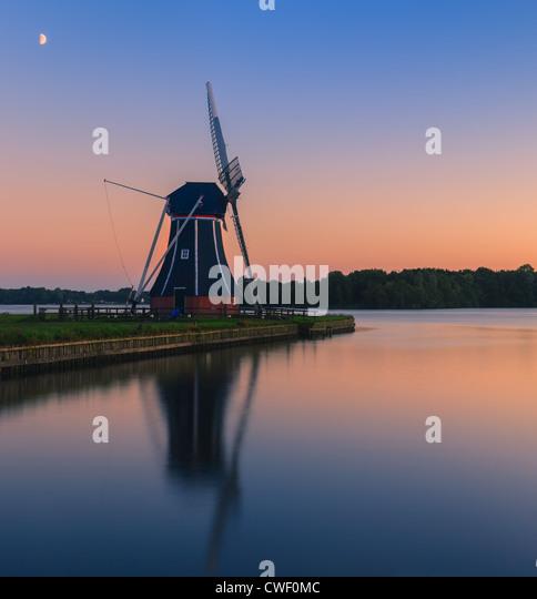 Windmühle De Helfer am Paterswoldsemeer gleich nach Sonnenuntergang Stockbild