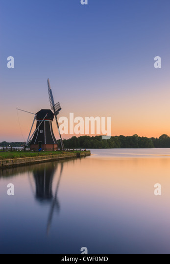 Windmühle De Helfer am Paterswoldsemeer kurz nach Sonnenuntergang, in der Nähe von Haren in der Provinz Stockbild