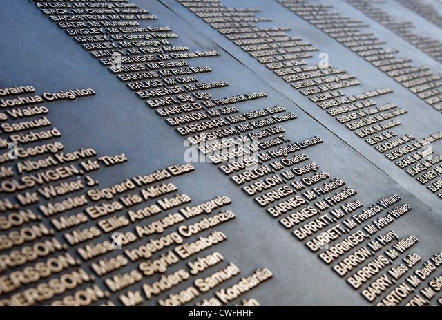 Namen auf der Titanic-Denkmal, Rathaus, Belfast. Stockbild