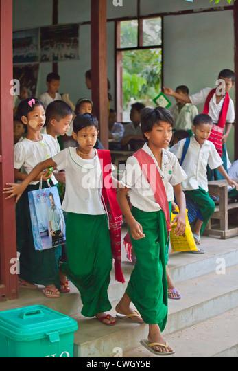 Kinder, die Teilnahme an einer buddhistischen Schule - AMARAPURA, MYANMAR Stockbild