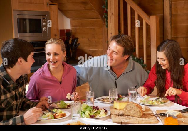 Teenager Familie Mahlzeit In Alphütte gemeinsam genießen Stockbild
