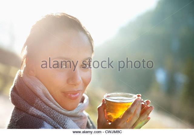 Porträt der lächelnde Frau in Schal trinken Apfelwein Stockbild