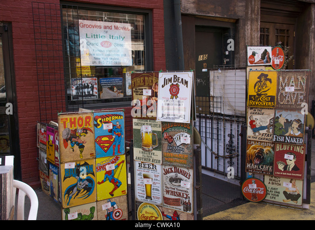 Einen Laden mit Fotos von Prominenten und Illustrationen von Superhelden in Little Italy in New York City Stockbild