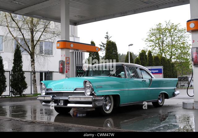 Amerikanische Oldtimer (aus den fünfziger Jahren) an Tankstelle - Lincoln Premiere Stockbild