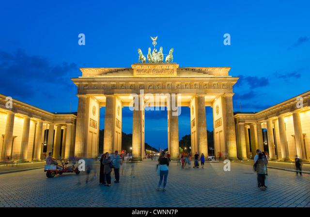 Berlin, Brandenburger Tor in der Abenddämmerung Stockbild