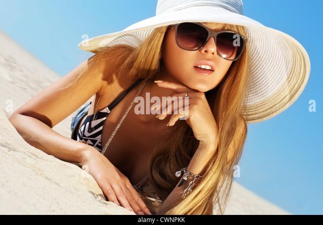 Junge schlanke Frau am Strand-Porträt. Stockbild