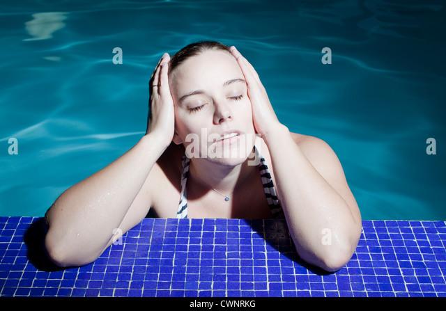 junge Frau im Schwimmbad Stockbild