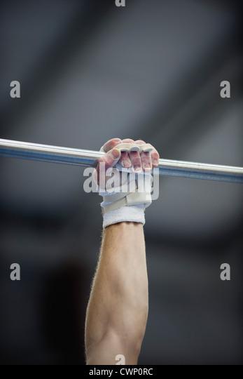 Die Turnerin Arm festhalten an Reck, beschnitten Stockbild