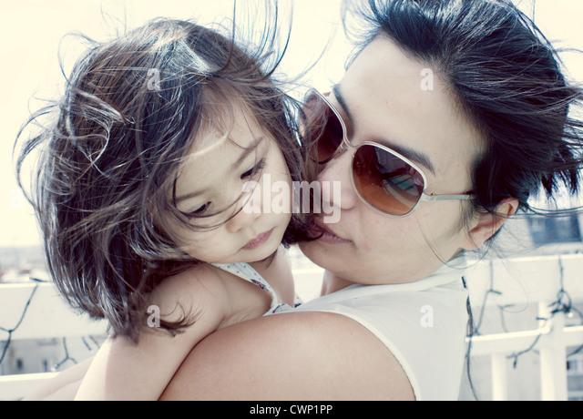 Mutter beruhigend kleines Mädchen im freien Stockbild