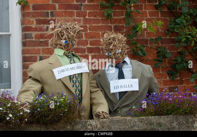 Vogelscheuchen mit ein politisches Thema auf dem Display in einem Dorf in England. Stockbild
