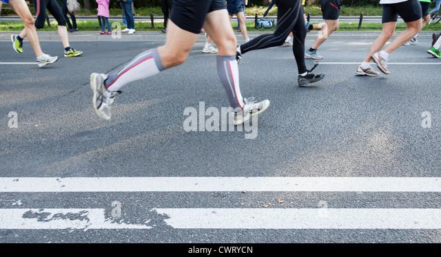 Menschen laufen schnell in ein City-Marathon auf Straße Stockbild