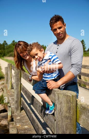 Paar und ihrem kleinen Sohn Zeit zusammen an einem sonnigen Tag genießen Stockbild