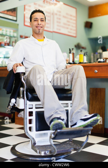 Barber sitzen auf Stuhl im shop Stockbild