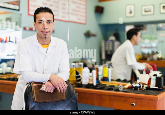 Barbier stehen am Lehrstuhl im Shop Stockbild