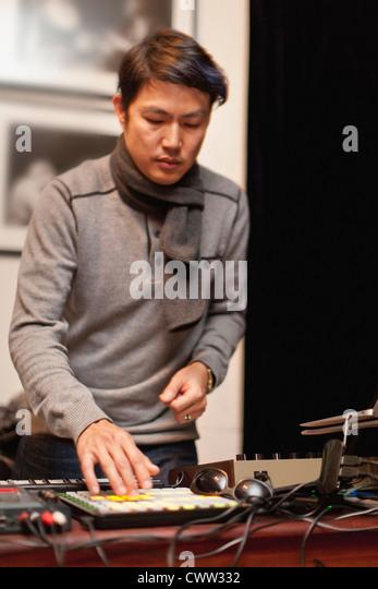 Musiker spielen mit synthesizer Stockbild