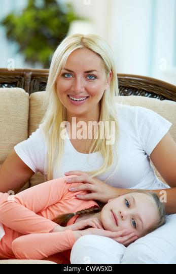 Porträt der glückliche Mutter und ihre Tochter, Blick in die Kamera Stockbild