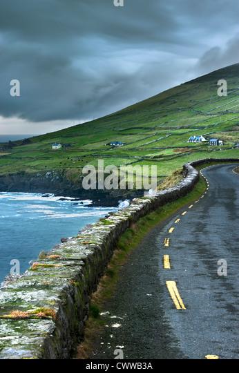 Asphaltierte Straße entlang des ländlichen Raums Klippen Stockbild