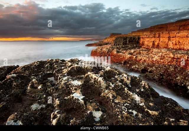 Wellen auf Felsformationen Stockbild
