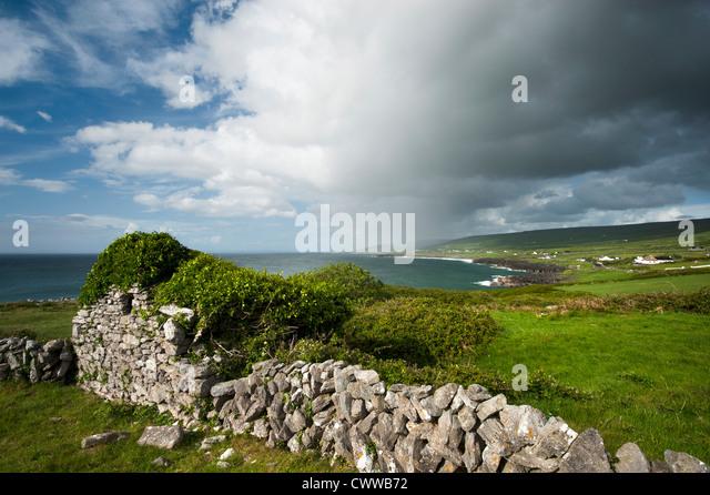 Rasen Sie auf Steinmauer in ländlichen Landschaft Stockbild