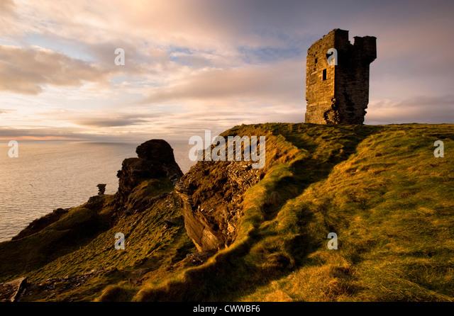 Stein-Ruinen auf felsigen Steilküsten Stockbild